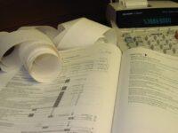 foto van bonnen, rekenmachine en boek